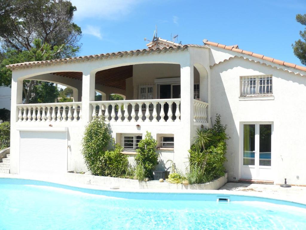 Prime rose locations de vacances saint aygulf for Villa avec terrasse couverte
