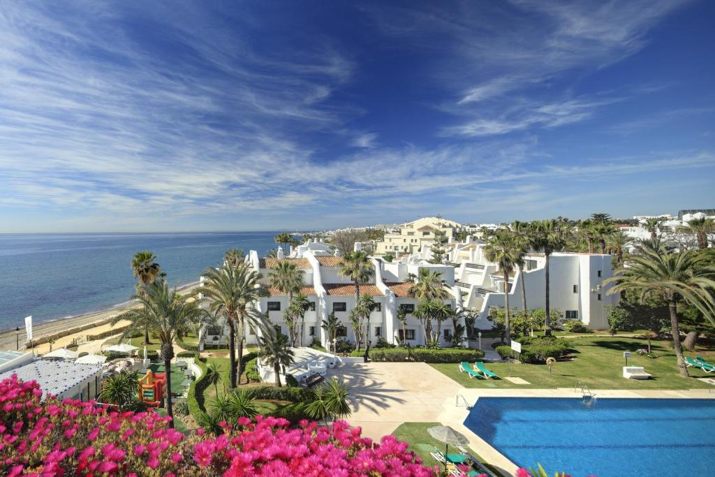 Coral beach aparthotel marbella book your hotel with for Aparthotel puerta del sol