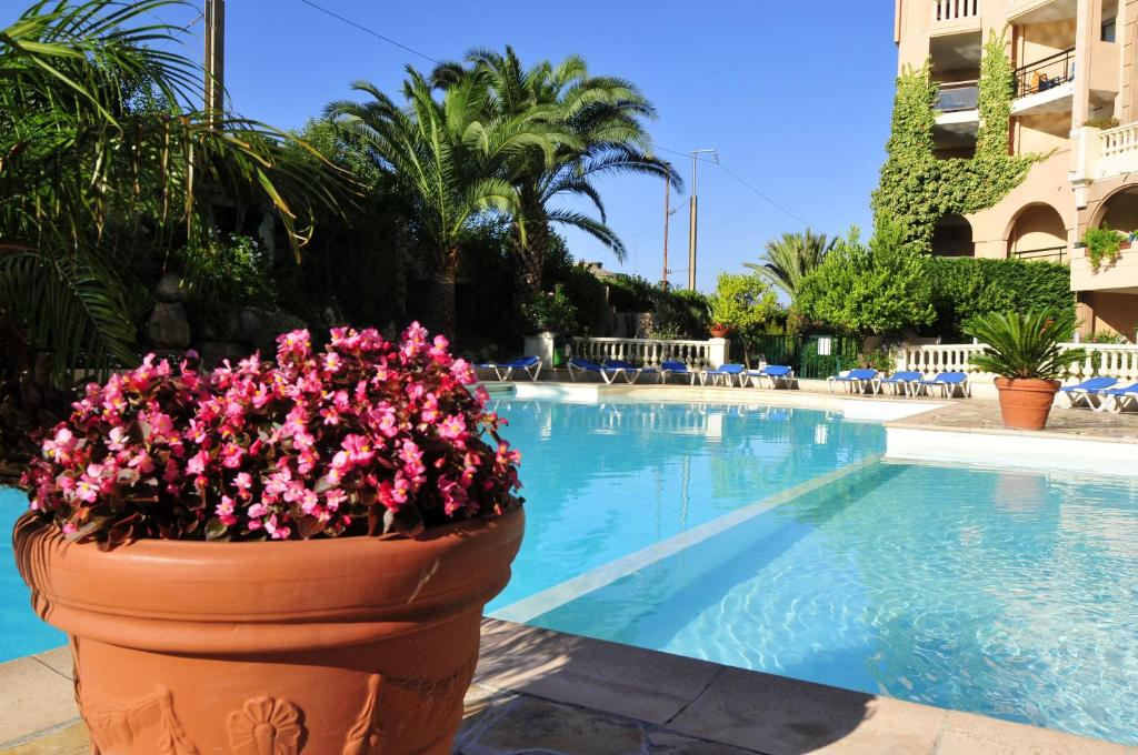 Residhotel villa maupassant cannes online booking for Table 22 cannes