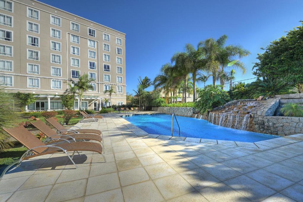 A piscina localizada em Hotel Deville Prime Porto Alegre ou nos arredores