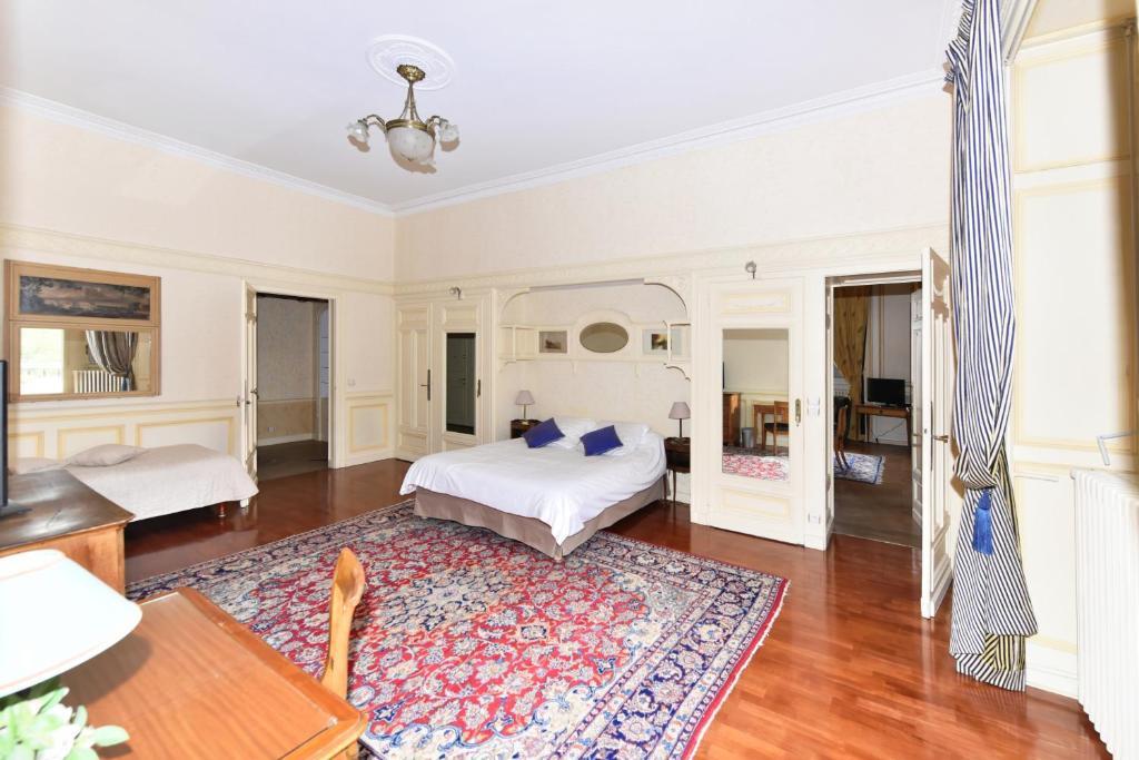 Les meubl s du manoir au splendid et royal aix les bains for Les mousquetaires du meuble