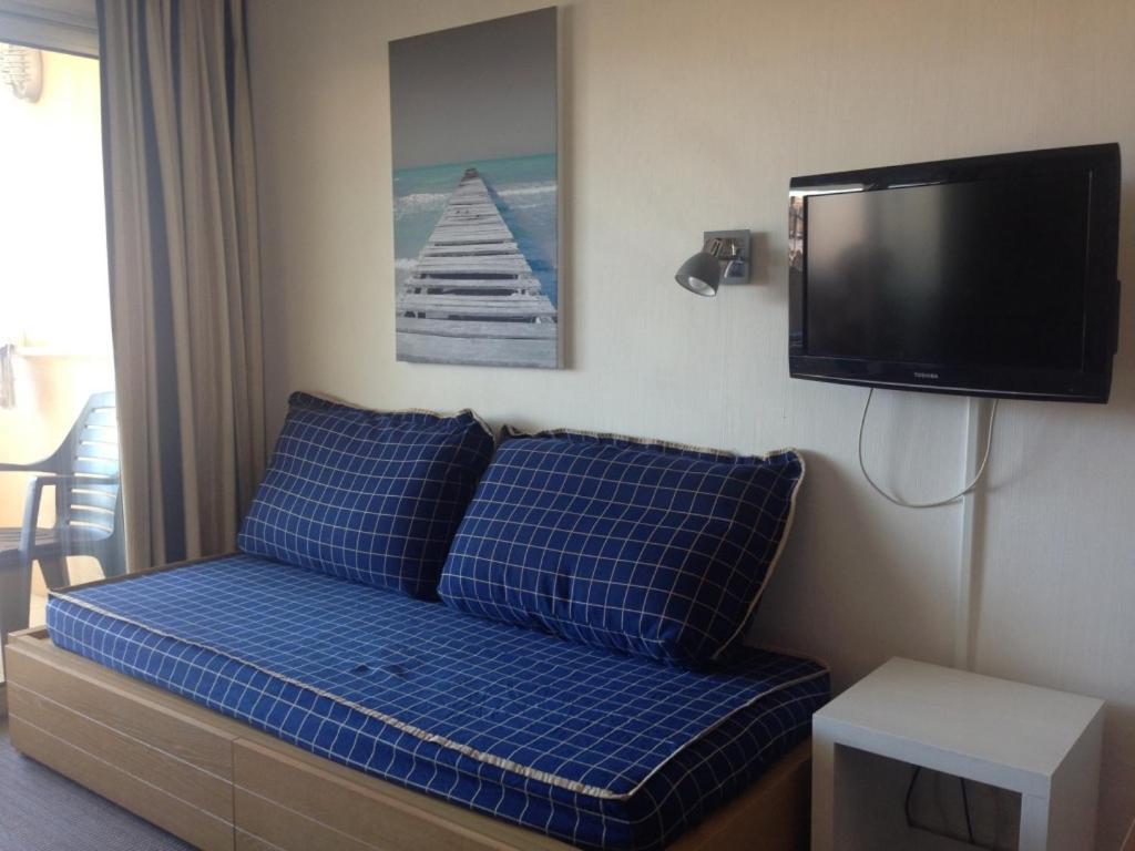 appartement 2 pi ces meubl bord de mer locations de vacances cannes la bocca. Black Bedroom Furniture Sets. Home Design Ideas