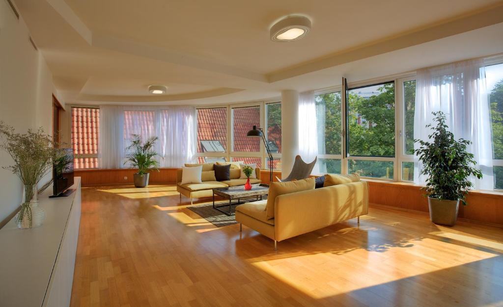 Franciscan garden apartments prag informationen und for Katzennetz balkon mit alfamar algarve gardens apartments
