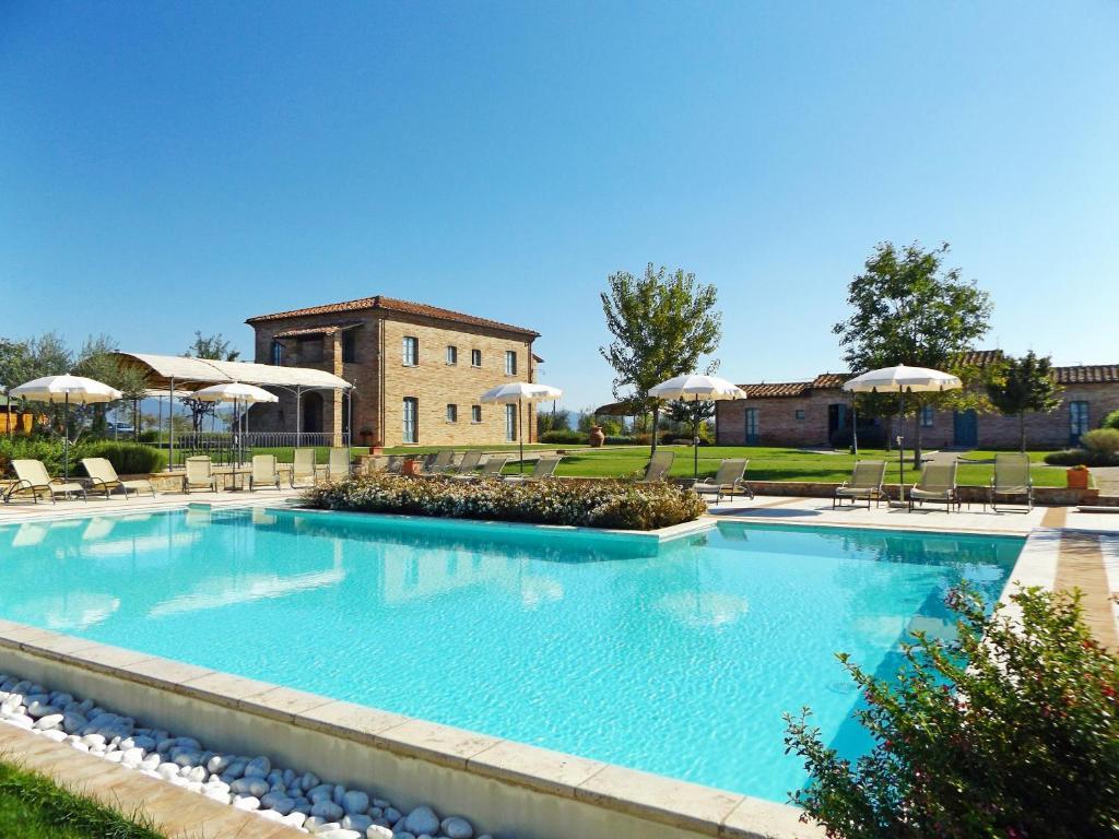 Casa vacanze la fiorita castiglione del lago for Piani del cortile con piscine