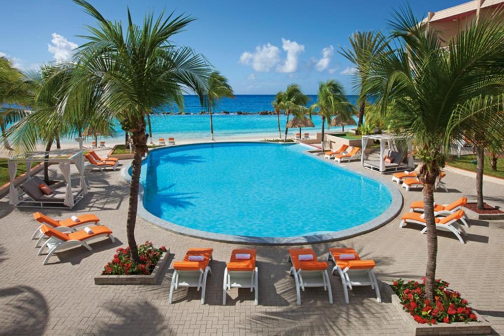 A piscina localizada em Sunscape Curacao Resort Spa & Casino All Inclusive ou nos arredores