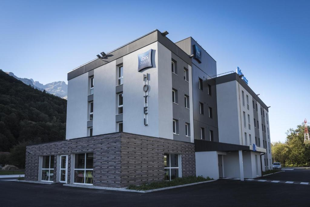 Ibis budget sallanches sallanches book your hotel with for Hotels ibis france