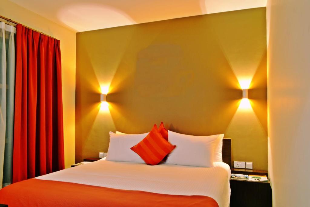 Giường trong phòng chung tại Qaribu Inn