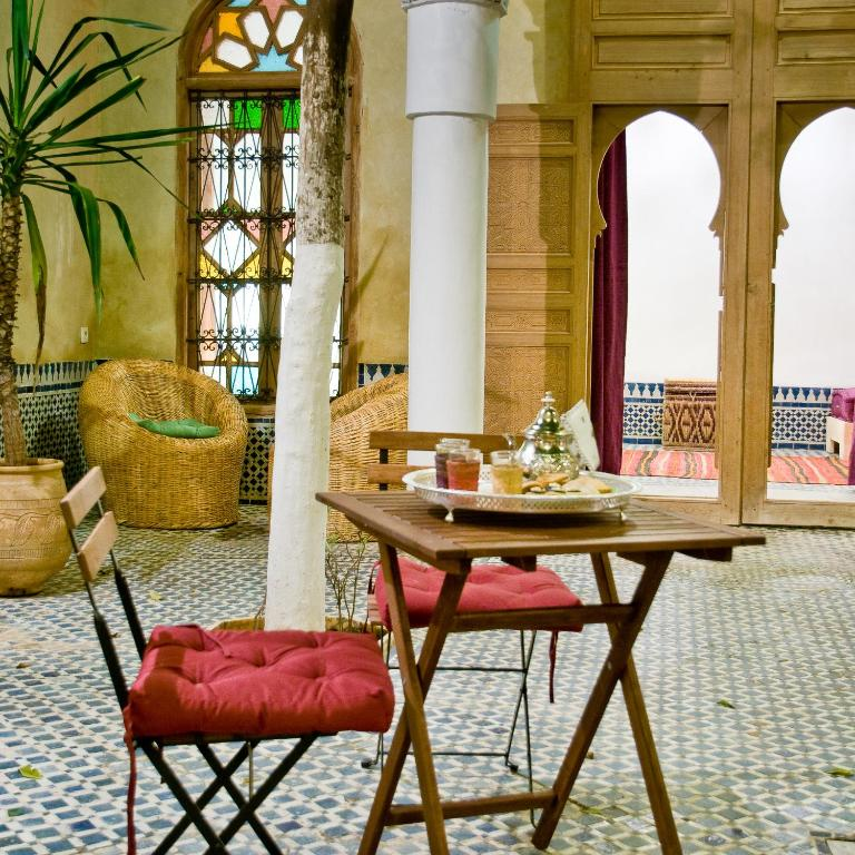 riad la maison d 39 c t meknes book your hotel with. Black Bedroom Furniture Sets. Home Design Ideas