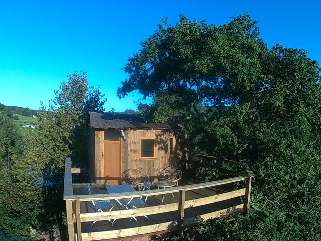 Cabane perch e dans la prairie de l 39 ancien moulin f camp for Cabane de jardin suisse
