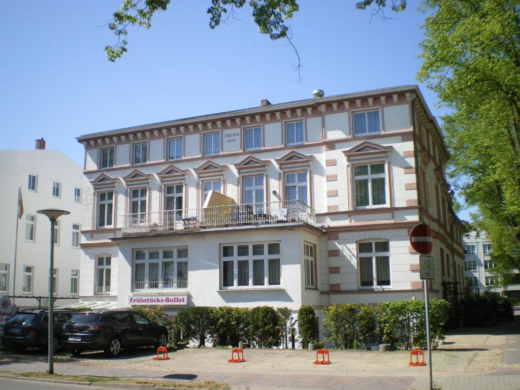 Haus troja pension katy elmenhorst lichtenhagen for Warnemunde hotel pension