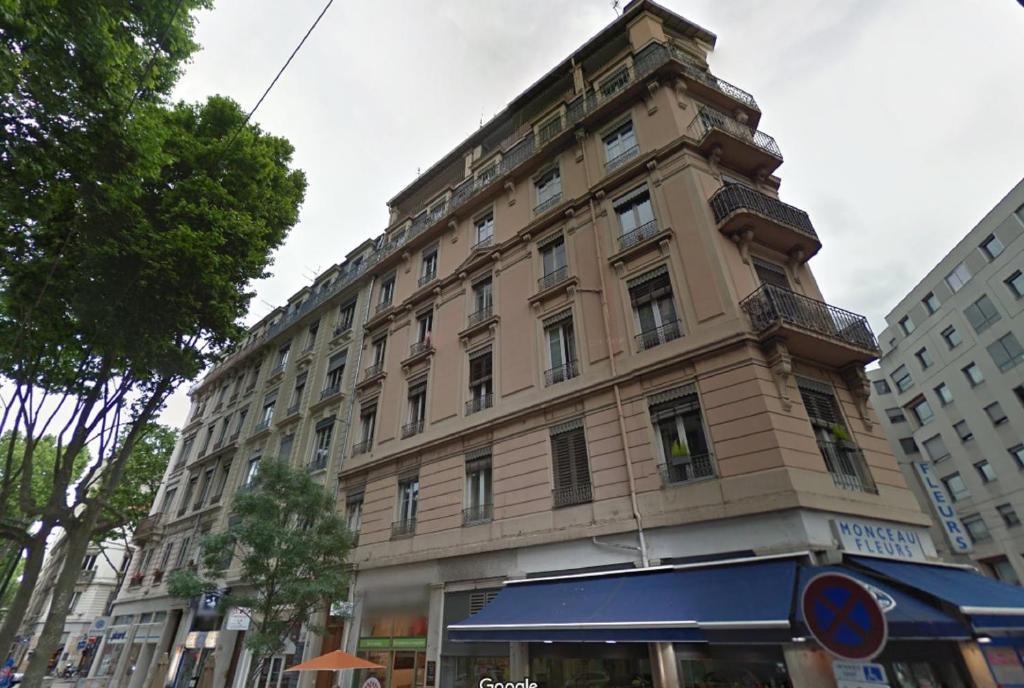 Appartement appart 39 terrasse appartement lyon dans le for Appart hotel dans le 95
