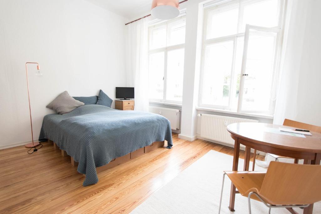 Studio Apartment Küche in Weiß Retro Lampen und Grünpflanzen