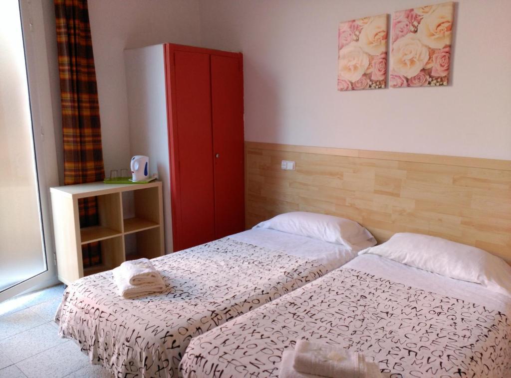 chambres d 39 h tes hostal river chambres d 39 h tes barcelone. Black Bedroom Furniture Sets. Home Design Ideas