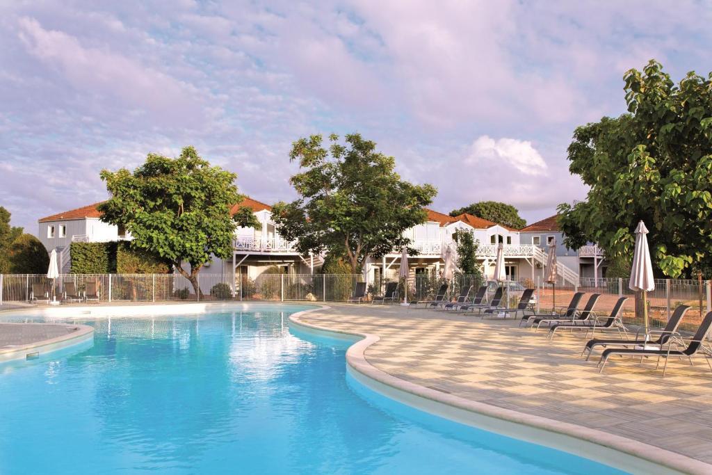 Park suites village la rochelle marans marans book for Park suite appart hotel