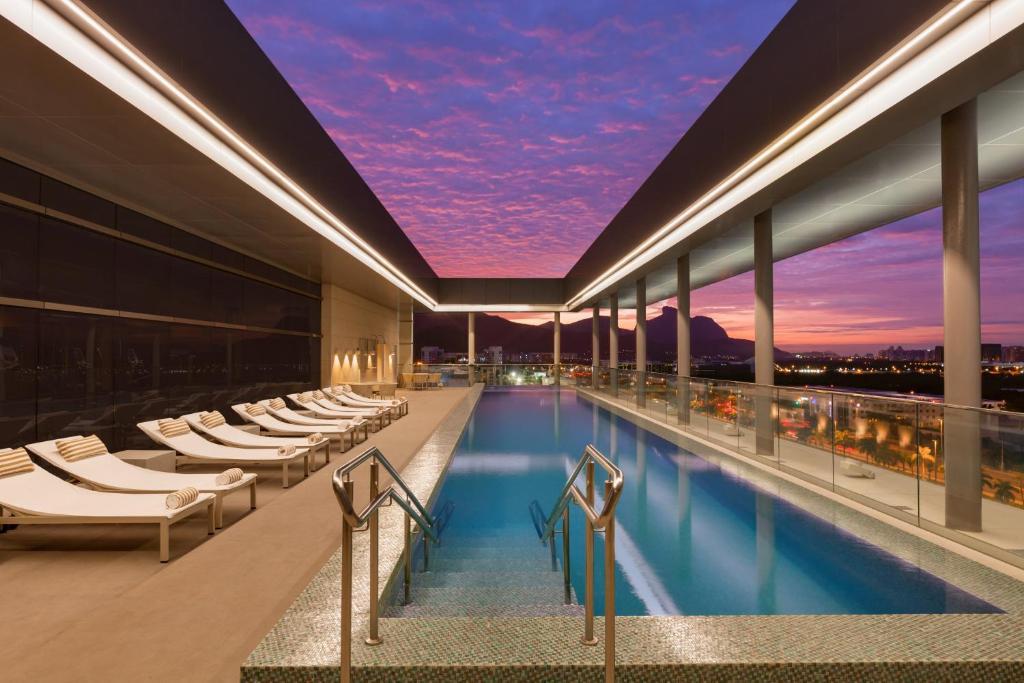 A piscina localizada em Hilton Barra Rio de Janeiro ou nos arredores