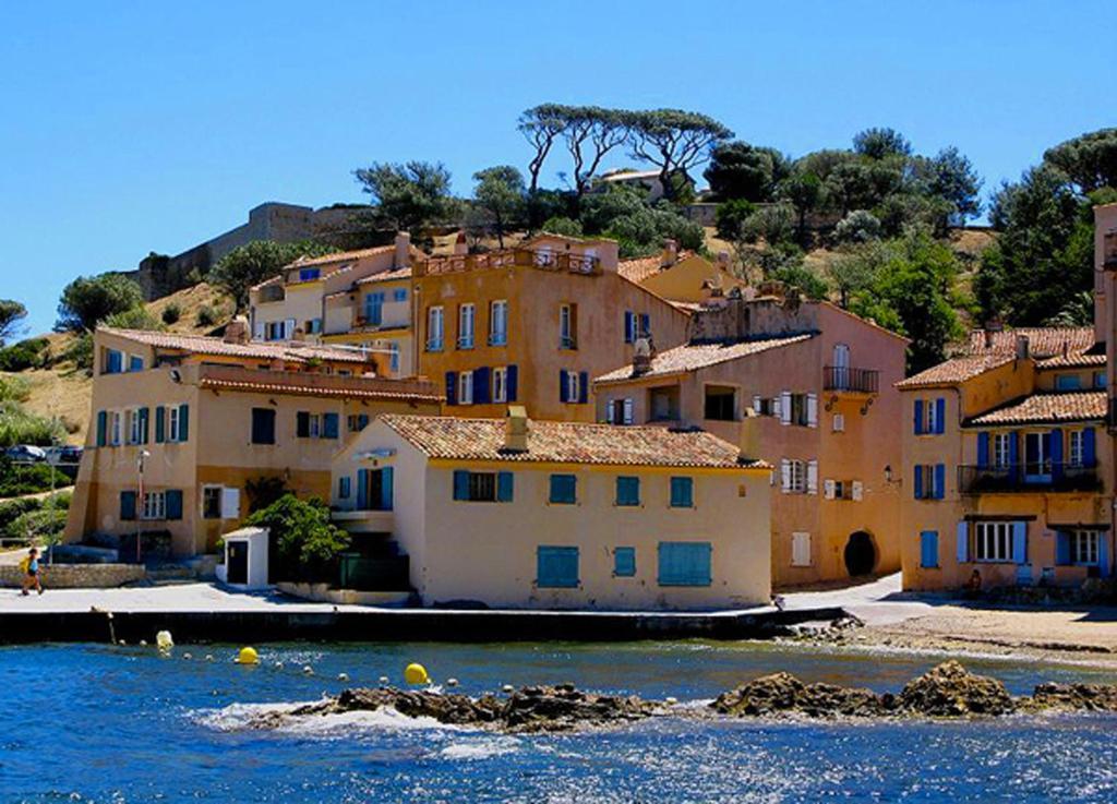 Appartement sous le soleil locations de vacances saint tropez for Architecte monaco
