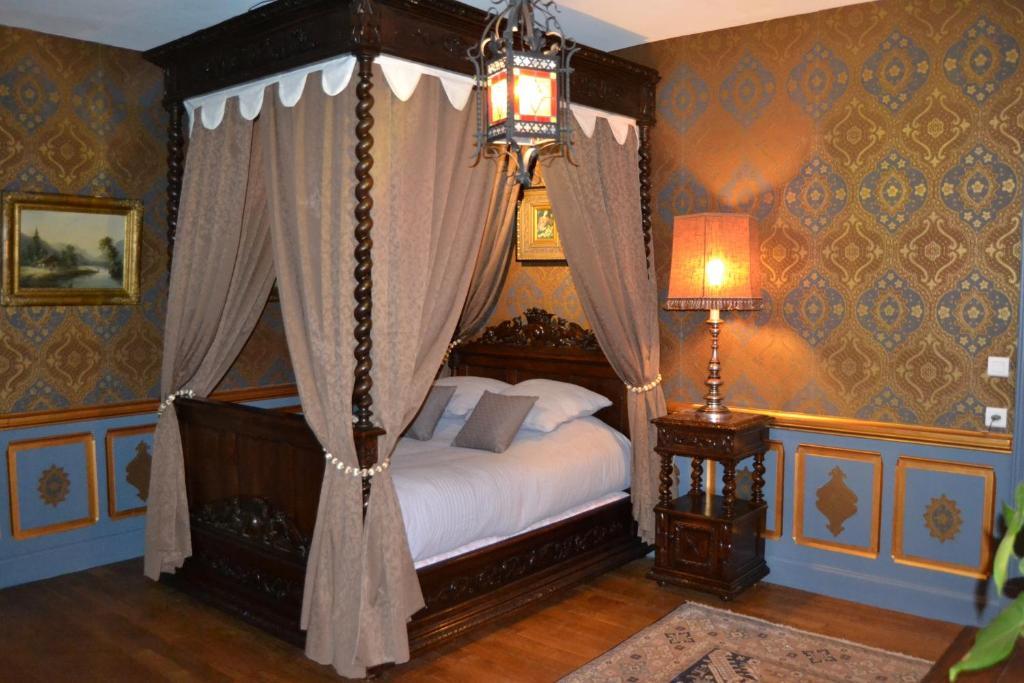 chambres d 39 h tes b b ch teau de peufeilhoux chambres d 39 h tes vallon en sully. Black Bedroom Furniture Sets. Home Design Ideas