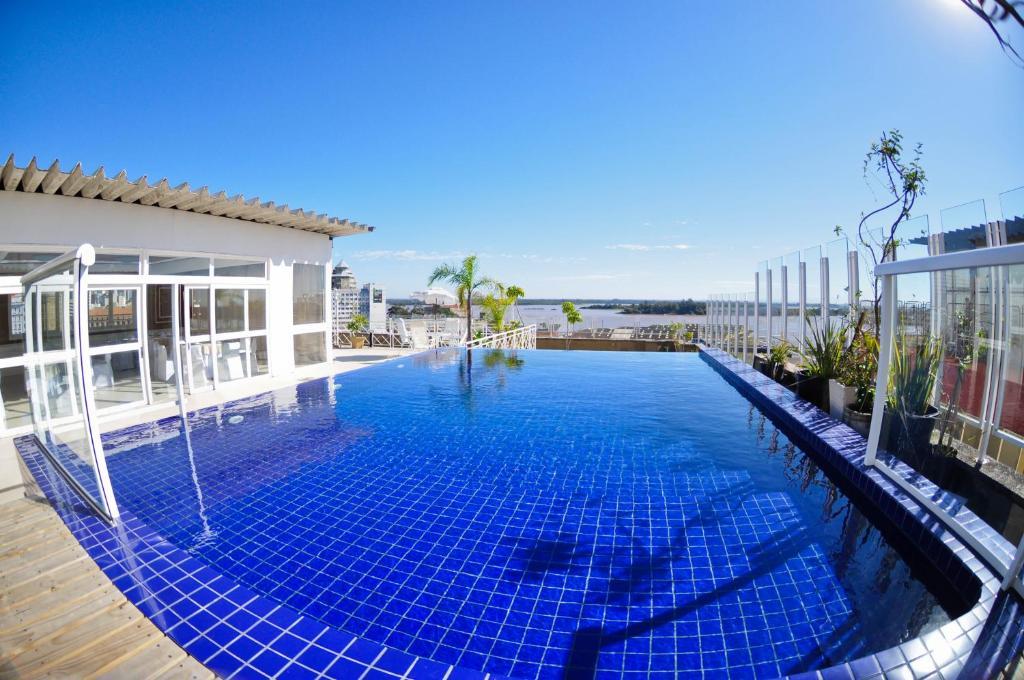 A piscina localizada em Hotel Continental Porto Alegre e Centro de Eventos ou nos arredores