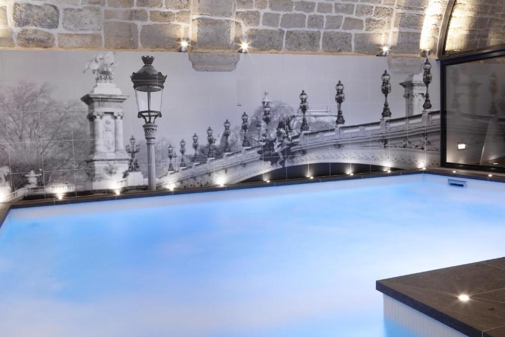 hotel la lanterne paris book your hotel with viamichelin. Black Bedroom Furniture Sets. Home Design Ideas
