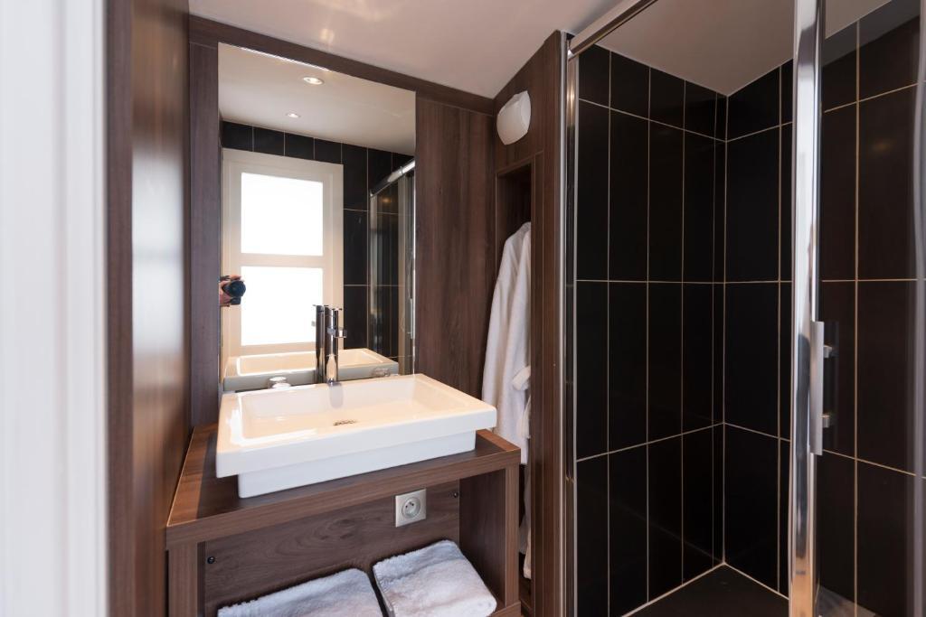 hotel les poteaux carr s saint etienne. Black Bedroom Furniture Sets. Home Design Ideas