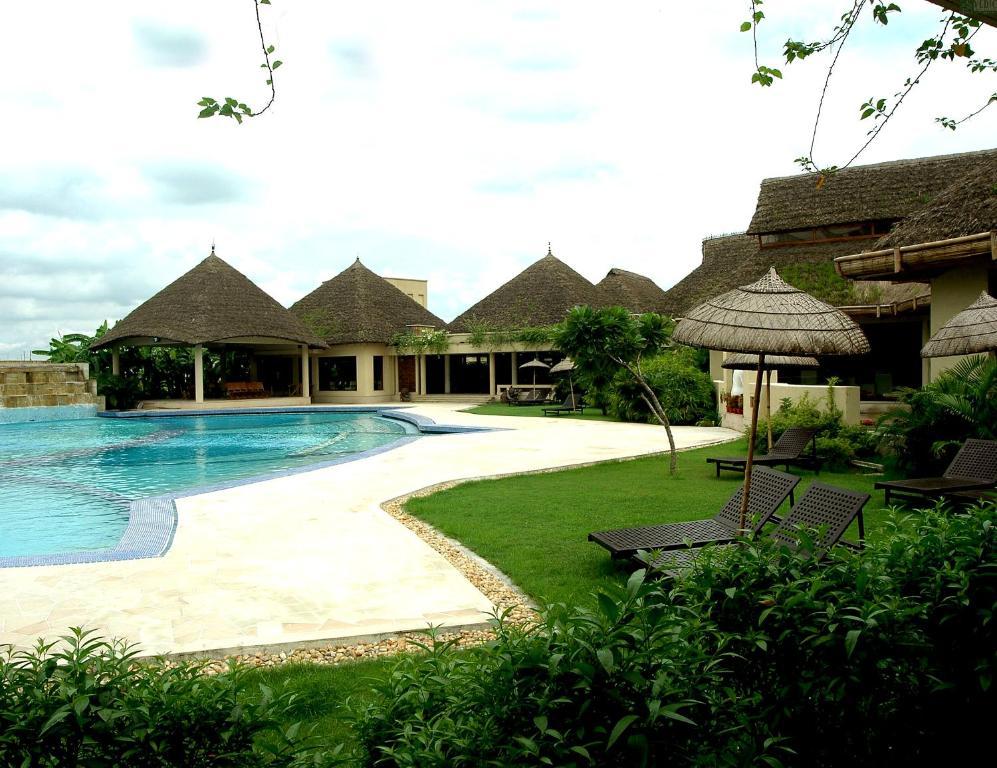 בריכת השחייה שנמצאת ב-Vedic Village Spa Resort או באזור