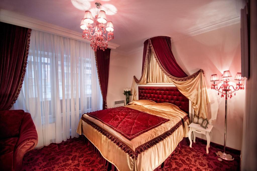 Giường trong phòng chung tại Royal City Hotel