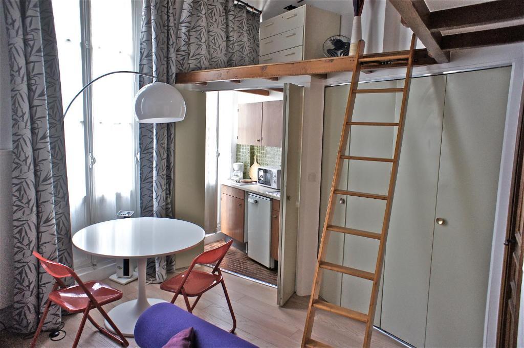 appartement studio mezzanine saint germain des pr s locations de vacances paris. Black Bedroom Furniture Sets. Home Design Ideas