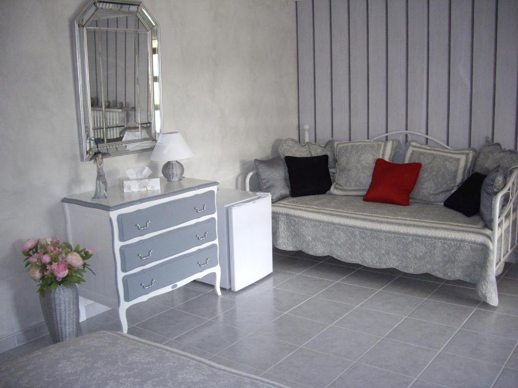 chambre d 39 h tes le mas des cigales chambres d 39 h tes n mes. Black Bedroom Furniture Sets. Home Design Ideas
