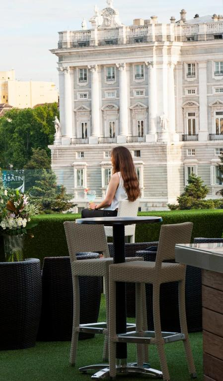 Apartosuites jardines de sabatini madrid book your for Hotel jardines sabatini