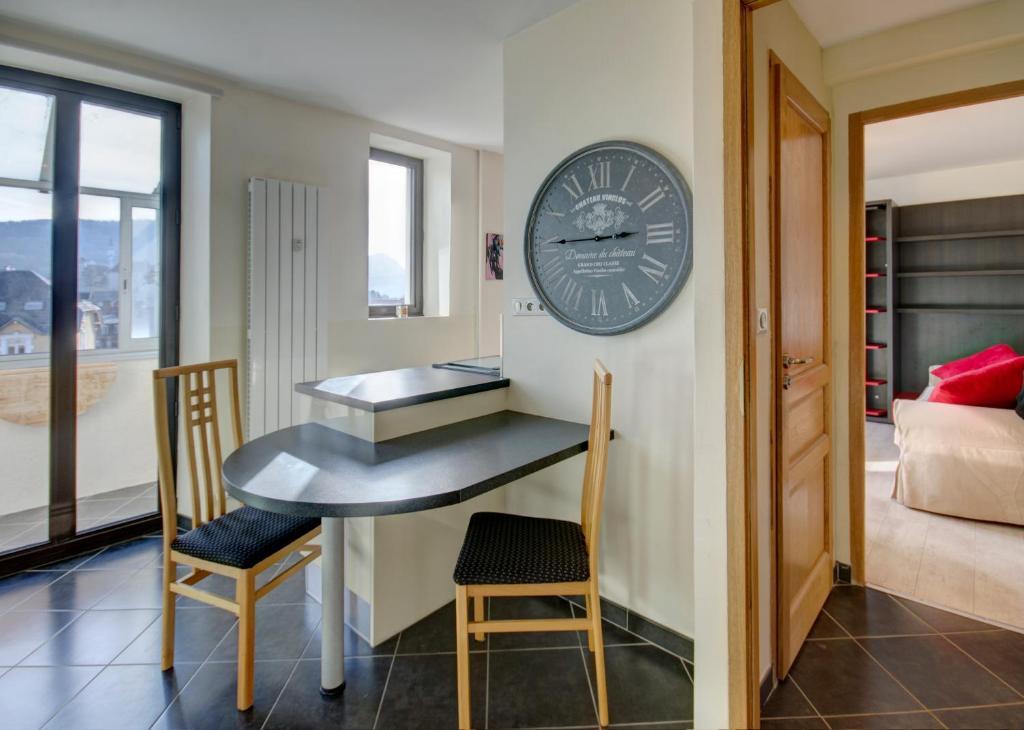 appartement un appart en ville l 39 essenciel locations de vacances annecy. Black Bedroom Furniture Sets. Home Design Ideas
