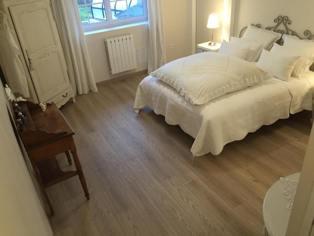chambres d 39 h tes le mont d 39 anon chambres d 39 h tes goviller. Black Bedroom Furniture Sets. Home Design Ideas