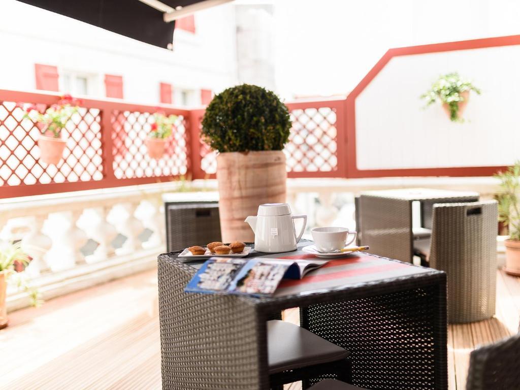 les almadies r servation gratuite sur viamichelin. Black Bedroom Furniture Sets. Home Design Ideas