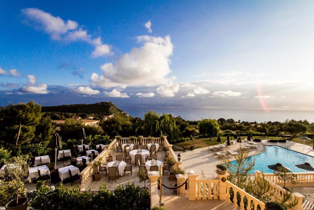 Uma vista da piscina em Mabely Grand Hotel ou nos arredores