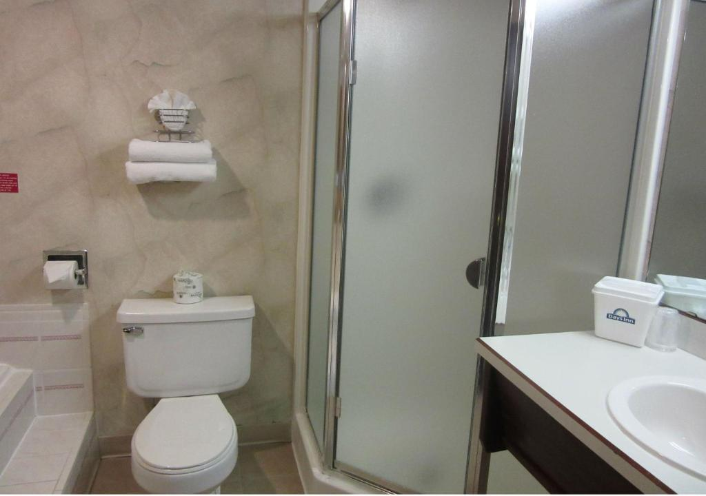 Room Photo 3379760 Hotel Days Inn Seattle Sea Tac