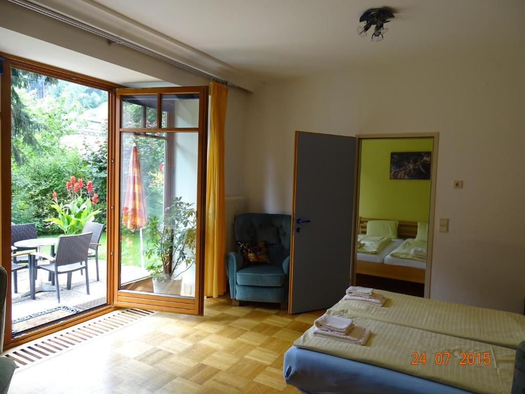 Gartenapartment zell am see book your hotel with for Designhotel zell am see living max