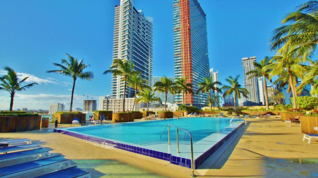 Apartment miami vice properties at 1 broadway fl for Miami vice pool design