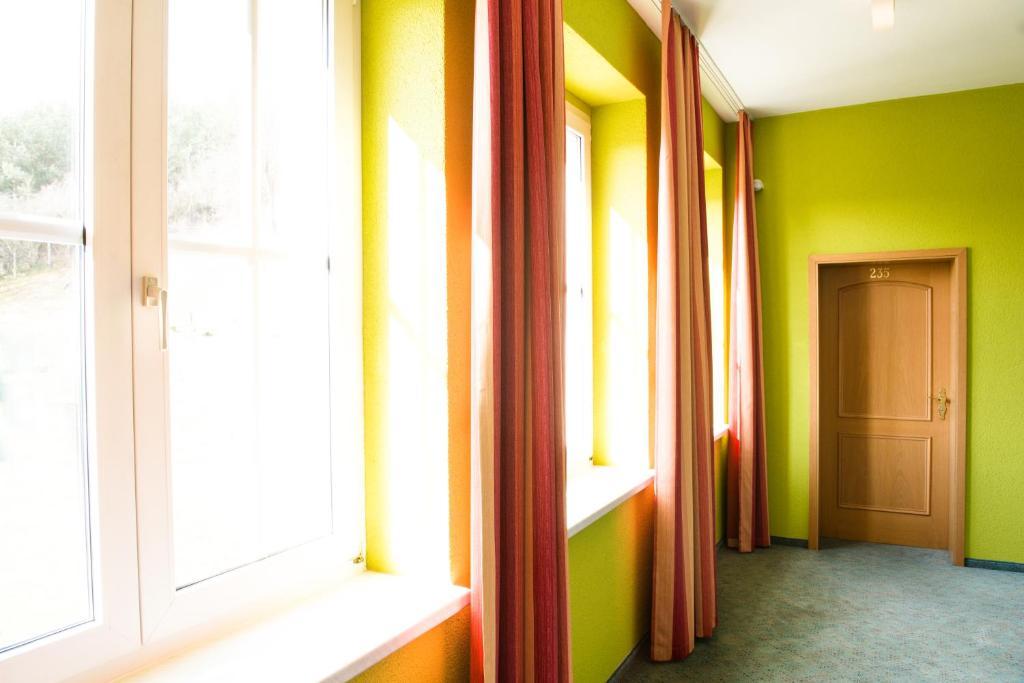 Land und golfhotel alte fliegerschule eisenach viamichelin informatie en online reserveren for Moderne toiletartikelen
