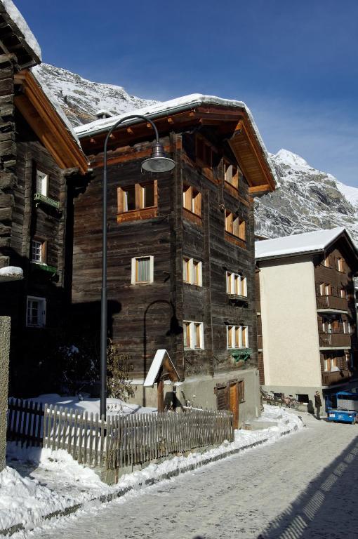 Appartement haus genepy locations de vacances zermatt for Appartement design ski