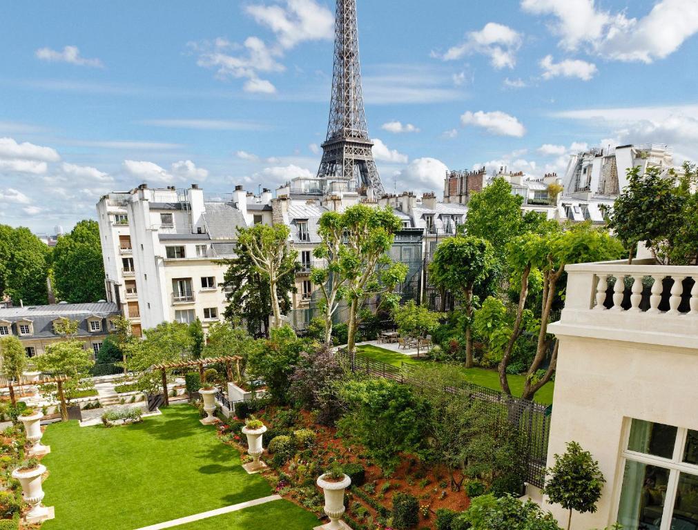 Shangri la hotel paris paris online booking viamichelin for Michelin hotel france