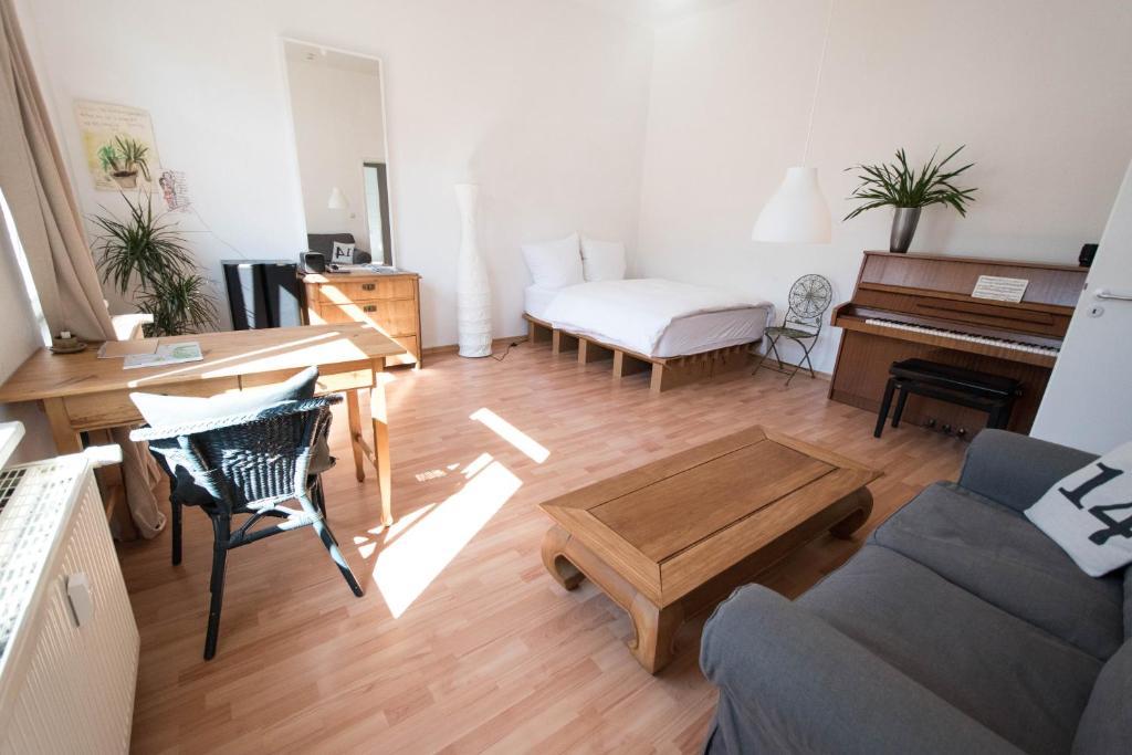 Design Ferienwohnung Schlafzimmer mit blauem Wandanstrich, Zusatzbett
