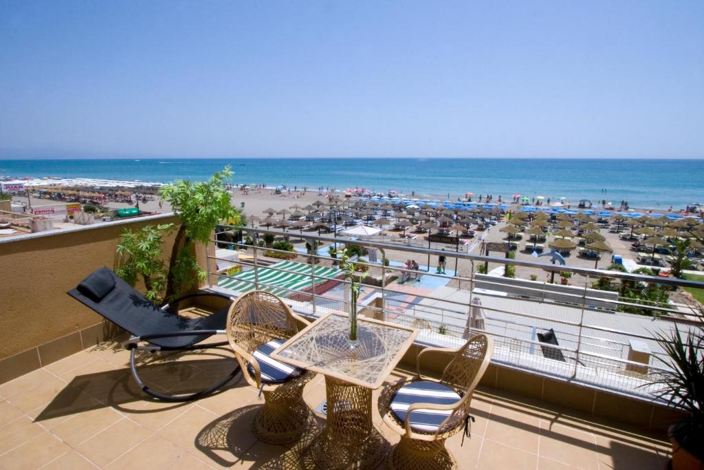 Carihuela beach apartamentos torremolinos online booking viamichelin - Apartamentos baratos torremolinos ...