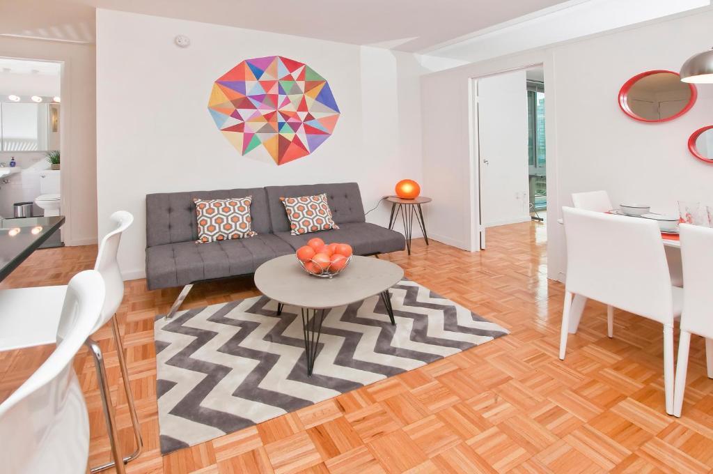 منطقة جلوس في Luxurious Two Bedroom Apartment in Doorman Building - Lincoln Center