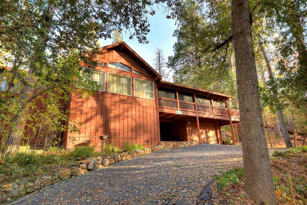 Top deals deer mountain lodge oakhurst ca for Alpine lodge