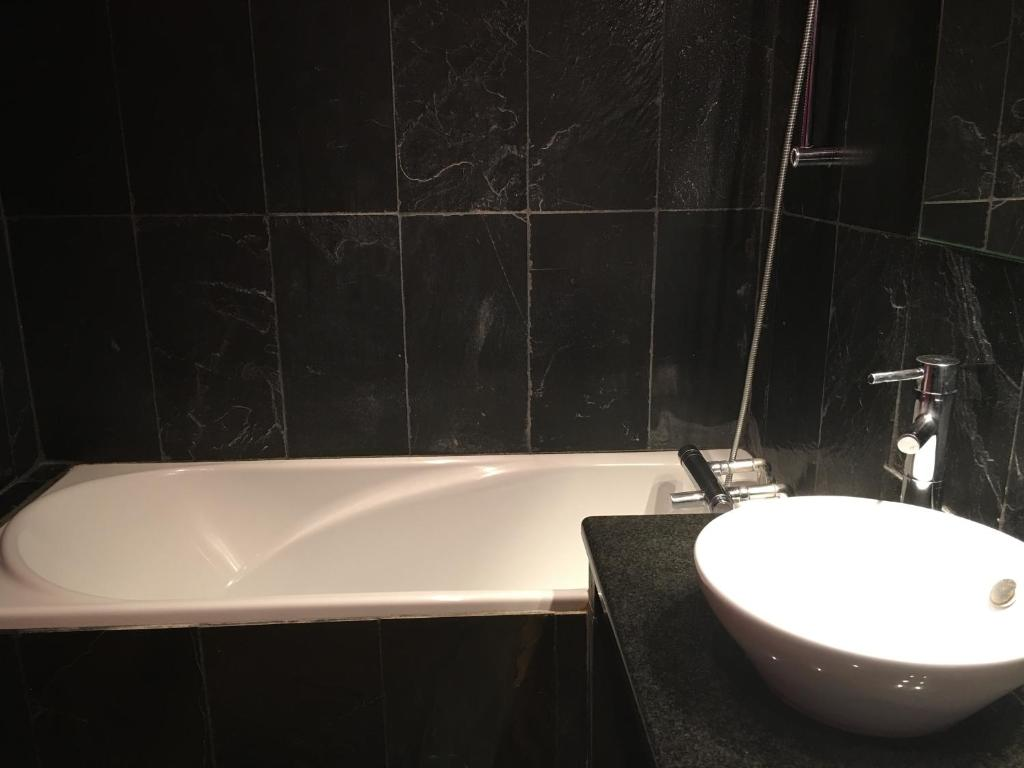 Appart 39 h tel et chambres essentiel spa arles book your for Arles appart hotel