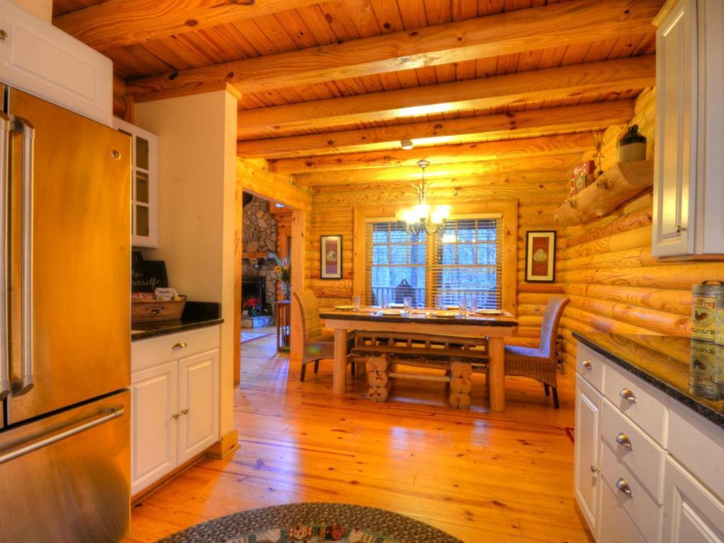 Vacation home nantahala riverside cabin beechertown nc for The cabins at nantahala