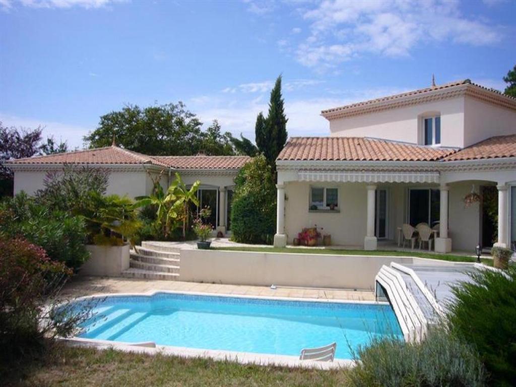 Villa belle maison individuelle avec piscine locations de vacances royan - Belle villa avec piscine ...