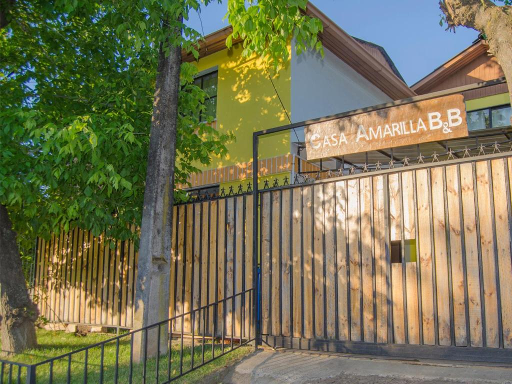Hostal casa amarilla talca book your hotel with for Hostal casa amarilla