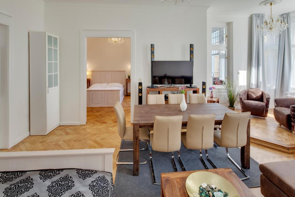 Old town square apartments prague book your hotel with for Hotels near old town square prague