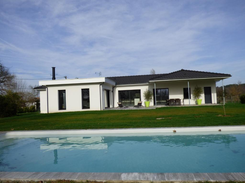 Maison contemporaine avec piscine chauff e holiday houses for Piscine contemporaine