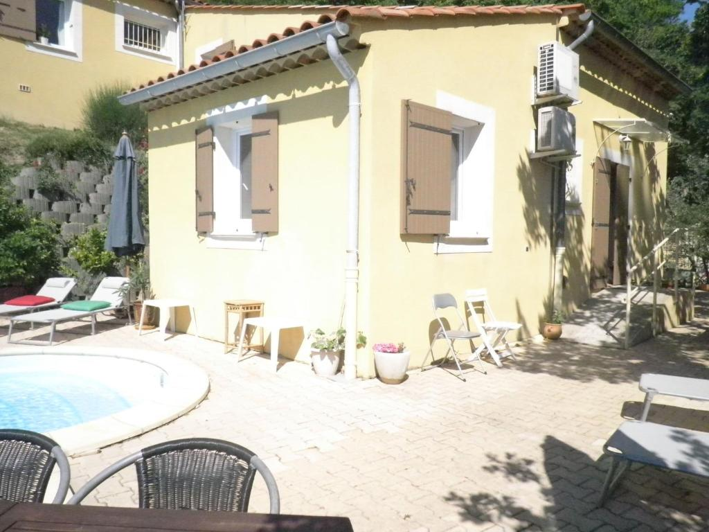 villa calade villa saint paul trois ch teaux. Black Bedroom Furniture Sets. Home Design Ideas